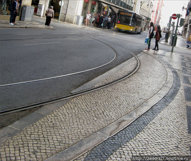 Это уже в нижнем городе. Вот такой финт ушами, пришлось сделать, оттяпать часть пешеходной дорожки, чтобы трамвай смог вывернуть