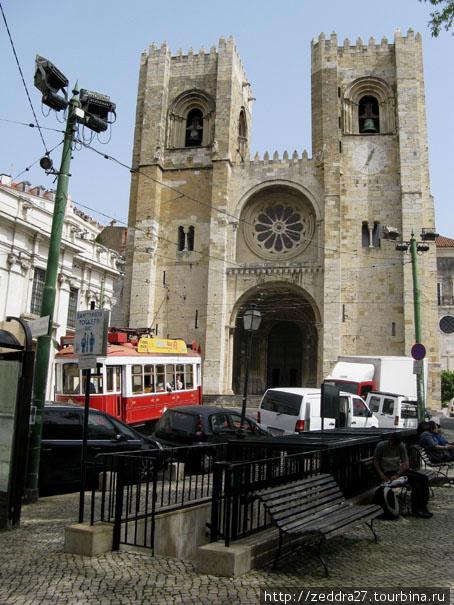 Красный — экскурсионный трамвай и Кафедральный Собор Се. 12 век однако, собор практически не пострадал во время страшного землетрясения 1755 года, как практически не пострадала вся Алфама благодаря скальному грунту