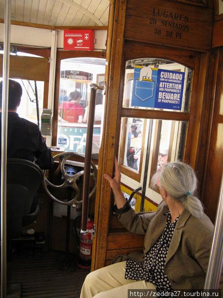 «Beware of pickpockets» — предупреждение висящее во всем наземном транспорте Лиссабона. Мы обратили на него внимание слишком поздно :)