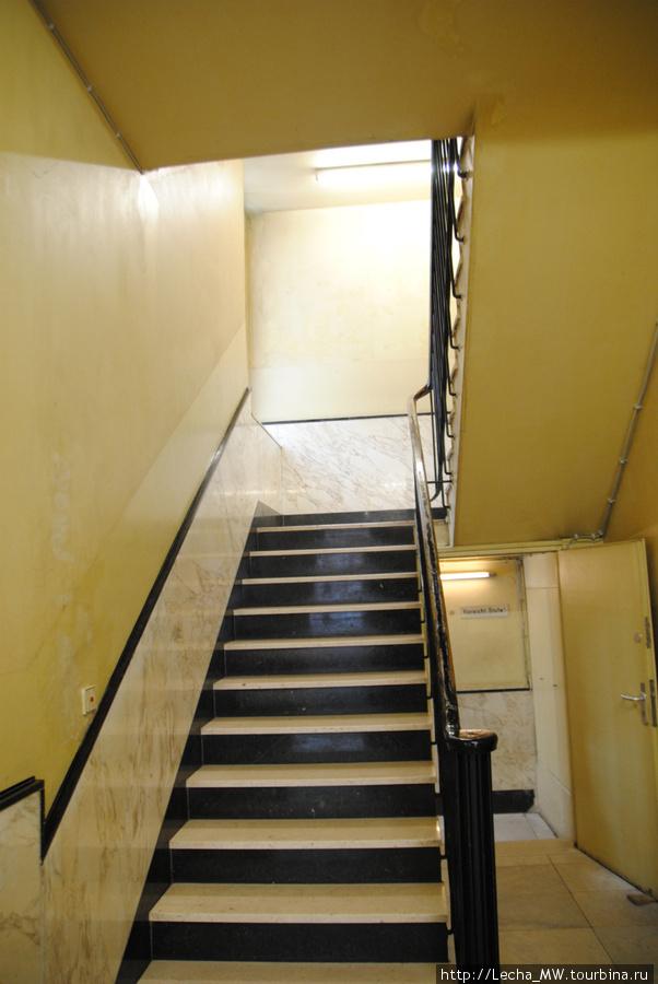 Лестница на второй этаж, где были кабинеты следователей