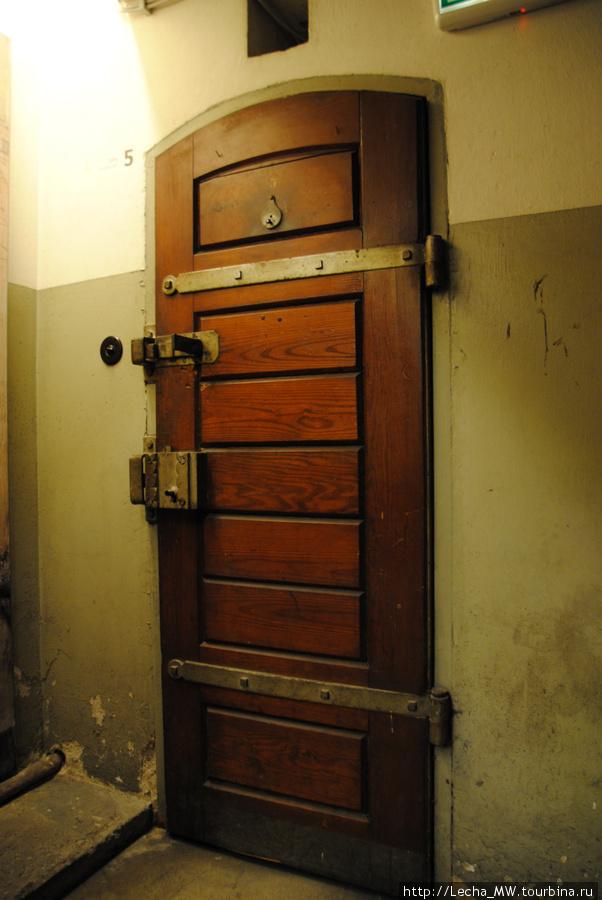 Дверь в камеру, вид из коридора