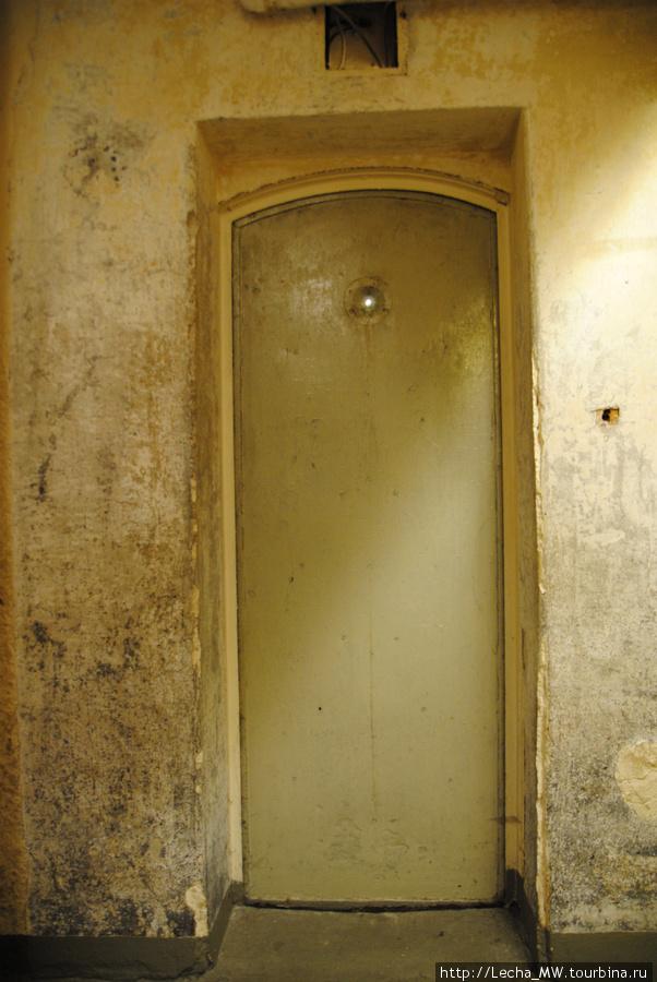 Дверь, вид из камеры