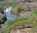 Пройдя метров сто вдалеке можно увидеть Hraunfossar