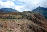 На склонах, неровных и обрывистых, с множеством разломов,  земля словно лопнула и разъехалась в разные стороны
