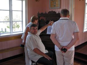 Я показываю, как работает ножной орган конца 19- начала 20 века, у меня дома примерно такой же
