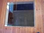 в полу окно, сквозь которое видно остатки старого фундамента