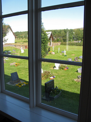 из окна церкви видно старое кладбище