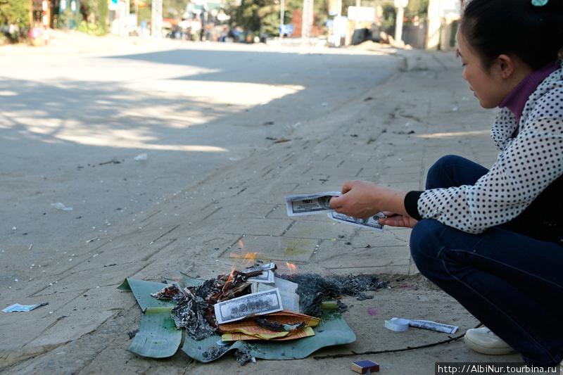 Ещё одна из новогодних традиций — сжигание денег перед домом на дороге, шаманство по фэн-шую, видимо. Деньги фейковые, конечно, и сжигают их целыми мешками.