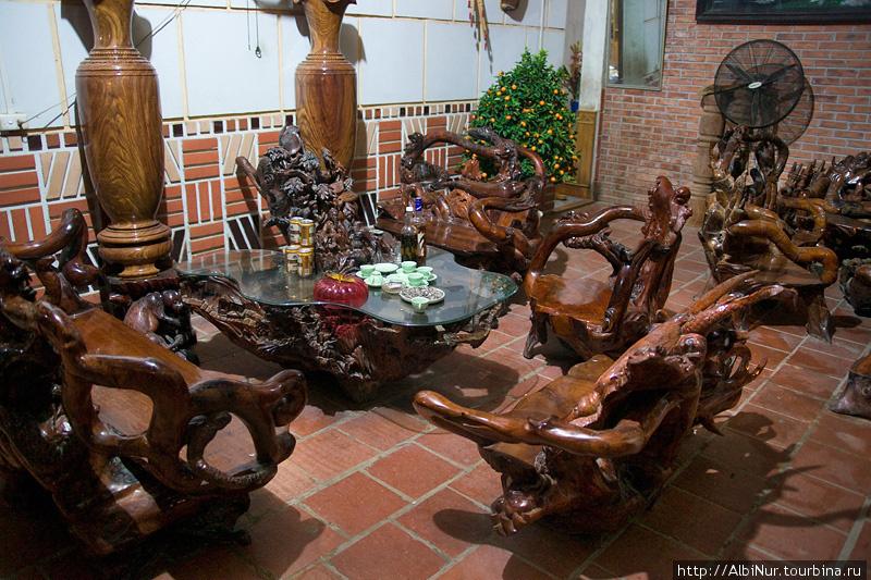 Вся Азия обожает мебель из резного дерева. Позволить себе такой гарнитур могут не только богатые дома. Основным материалом служит всяческие закрученные коряги и пни.