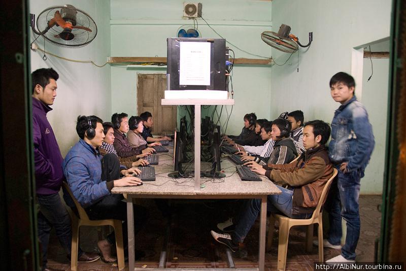 Компьютерный клуб похож на любой другой компьютерный клуб в провинциальном мелком поселении, сидят все и рубятся в контру и вов. Интернет — что-то около 8 руб/час.