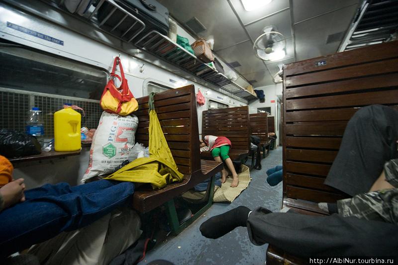 в сидячке спят вповалку на полу и на лавках и даже под лавками, растянув заранее припасённые циновки, это обычное явление для азиатских поездов.