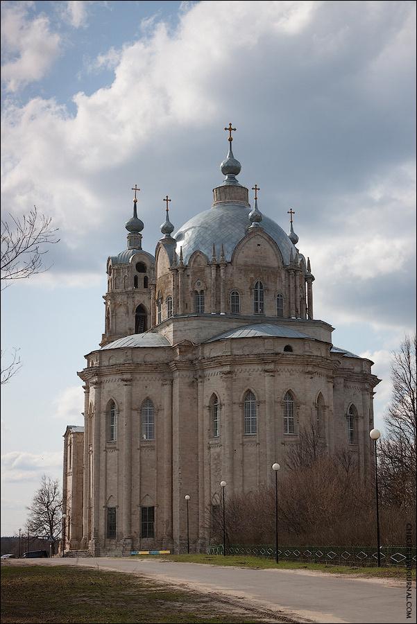 Троицкую церковь видно ещё с дороги, так как она просто неимоверных размеров. Кажется, что место её где нибудь в Варшаве или Будапеште, но никак в забытом Богом селе под Рязанью.  Несмотря на размеры, Троицкая церковь довольно стройна. Ее постройку приписывают Андрею Родионовичу, но при нем она могла быть только заложена, да и это спорно (если год его смерти действительно 1799, а год закладки храма — 1802). Конечно, в любом случае нельзя исключить возможную роль Андрея Баташева как заказчика проекта. Достроен храм был лишь в 1847-1868 годах. Гусь-Железный, Россия