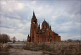 К сожалению сильно заметны утраты. Проваленные крыши, облетевшее кровельное железо, позеленевшие, местами покрытые мхом детали. Как это ни странно, внутренняя отделка храма местами сохранилась. Однако  жаль, что такая великолепная церковь сейчас не восстанавливается...