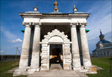 Никольская церковь (ныне действующая) довольно гармонична и проста. Бросается в глаза интересное оформление входа и не только.