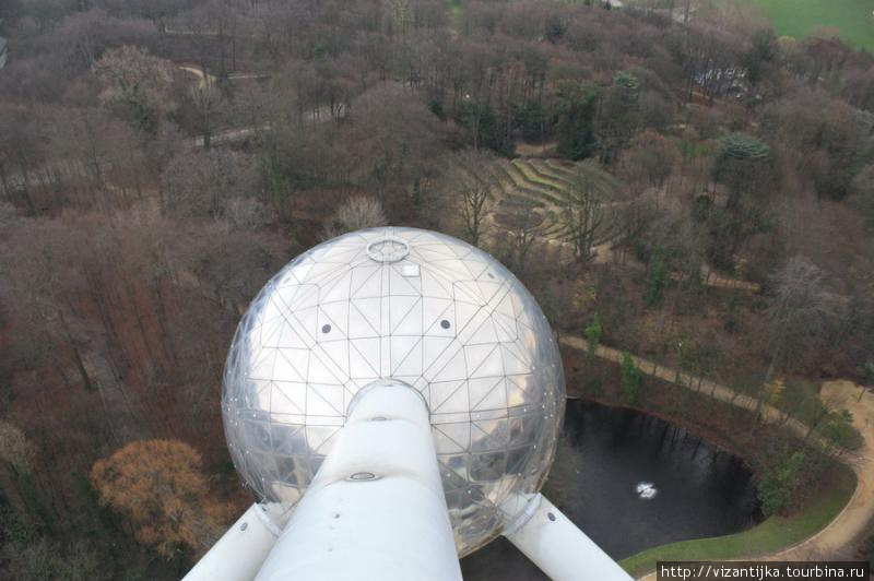Вид с верхней площадки на парк.