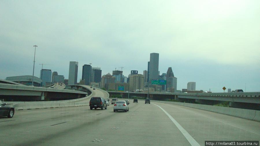 В Хьюстоне в бейсбол играют на Minute Maid  Парке. Даунтаун Хюстона, справа видна крыша стадиона.