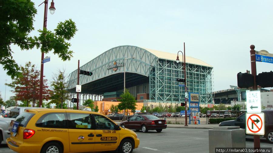 Стадион открыт в 2000 году. Это первый стадион в Хьюстоне с выдвижной крышей, которая зашишает игроков и публику от...жары.