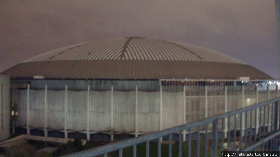 Примечательное сооружение — первый стадион с куполообразной крышей открыт в 1965г. А в 1966 там состоялась первая игра на синтетическом травяном покрытии.