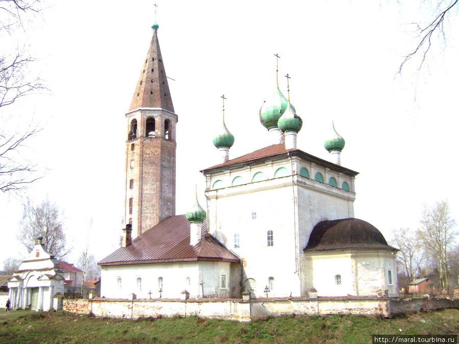 Церковь Воскресения Христова (1750 г.) в селе Вятском всегда была действующим православным храмом