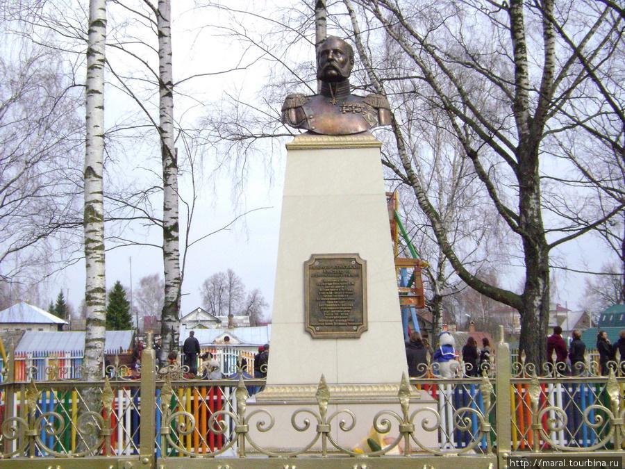 В 1911 году в селе Вятском, у здания волостного правления, был установлен бюст Александра II работы скульптора А.М.Опекушина. В 1918 году бюст императора был снят, а на его месте позднее установлен бюст Карла Маркса. В мае 2008 года скульптура Александра II, выполненная тутаевским скульптором Всеволодом Алаевым по сохранившимся фотографиям опекушинского оригинала, была восстановлена на прежнем месте.