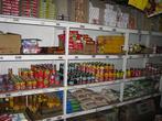 Товары в местной лавке — почти все местного производства, папуановогвинейские. Я опасался, что будет очень дорого, но зря боялся — цены вполне съедобные (1 кина = 11,5 рублей)