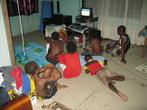 В цивильном доме золотодобытчика Алекса Данти дети смотрят телевизор (от генератора)