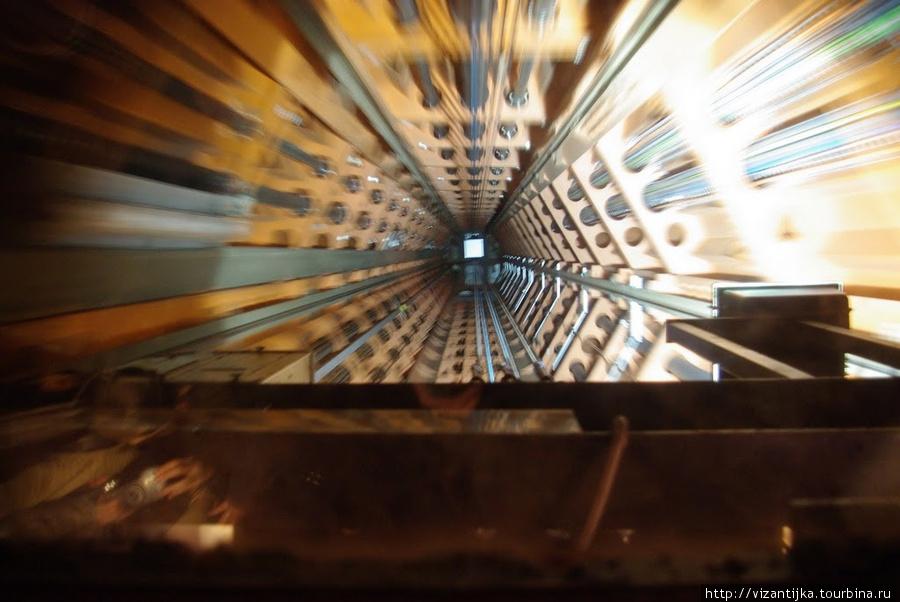 Шахта лифта. В движении!!  Вид через стеклянный потолок.