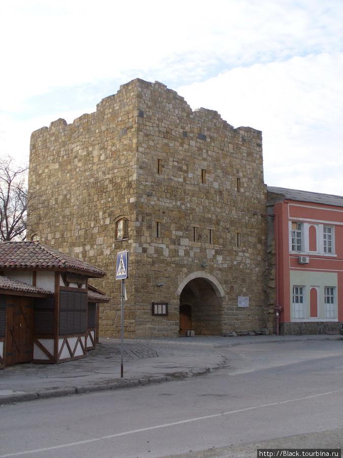 Ворота дровяного базара снаружи