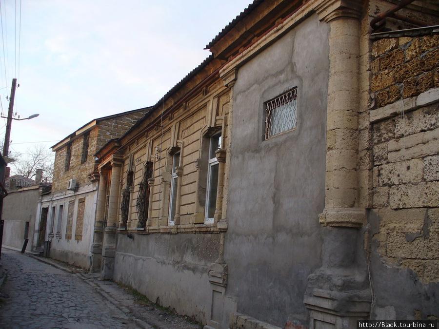 В десятке шагов от улицы Караимской