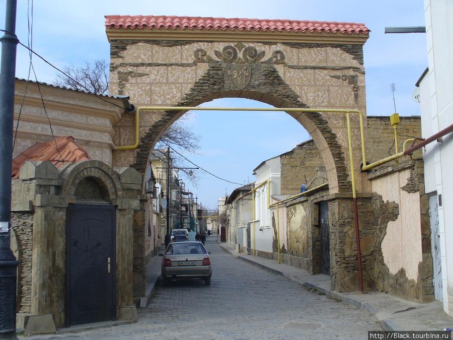 Участок улицы Тучина, ведущий к храму Святого Николая Чудотворца от улицы Караимской