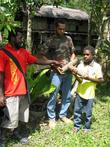 Папуасы в лесу под Веваком демонструют найденные ими в лесу снаряды Второй Мировой