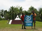 А.Кротов и местный житель — вевакский папуас — с флагом