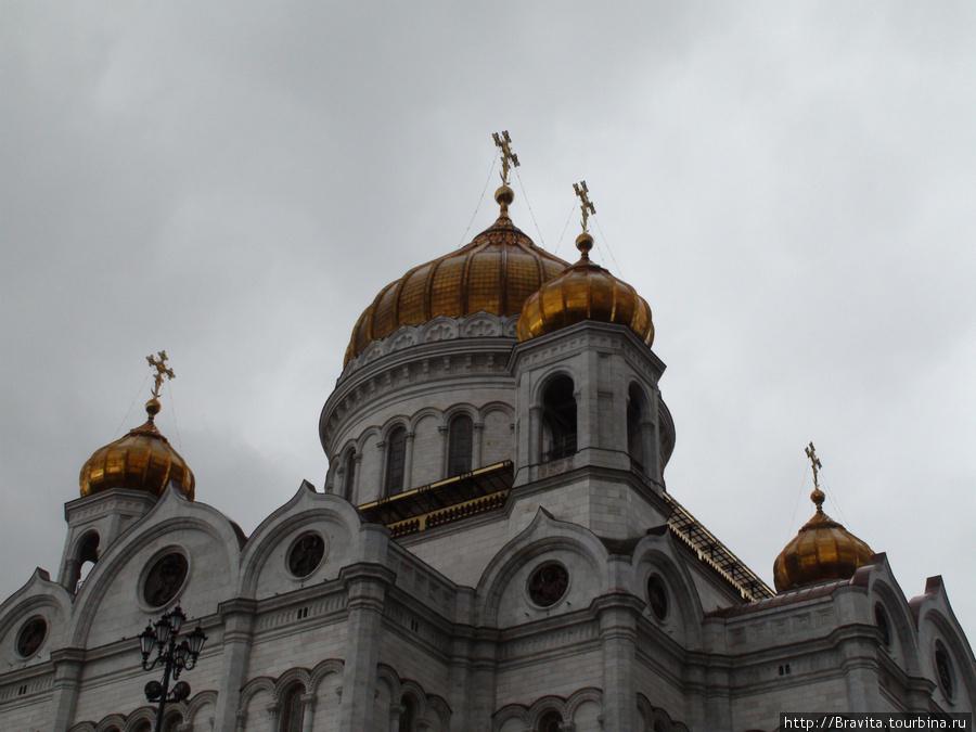 Здесь хорошо видно смотровую площадку храма — прозрачные навесы под главным куполом.