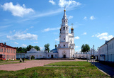 Верхотурский Кремль. На территории Верхотурского Кремля  сохранились административные постройки: дом воеводы, приказные палаты, амбары, уездное казначейство.
