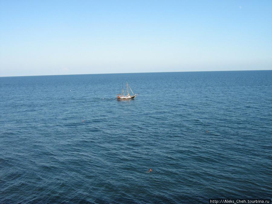 А это море в Ай-Даниле. Очень чистое и голубое.