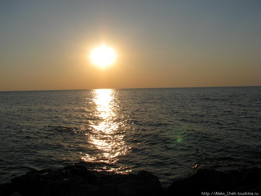 Межводное.        Здравствуй, пляж и шум волны,       И дорожка от луны !  Дорожка правда от солнца, но ничего, тоже пройдет.