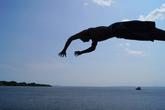 Местные жители используют паромы как движущиеся вышки для ныряния