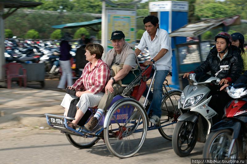 Замученные велорикши катают жирных туристов, уж мы то их понимаем, как нелёгок их труд. Местные тоже, впрочем, ездят с покупками домой, нагружаясь с авоськами аж по трое в одну коляску.