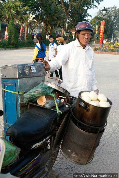Ещё одна из непростых специальностей — развозчик булочек. Булочки стоят дёшево, продать их нужно много и развозчик на своём мотоцикле, оборудованном всем необходимым, даже печкой-пароваркой на углях, наматывает круги по городу или между деревнями.