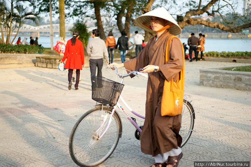 А вот монахи ездят налегке, у монаха нет личных вещей. В других азиатских буддистких странах их вообще возят.
