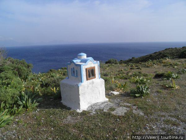Здесь было ДТП. Греки устанавливают такие знаки независимо от исхода происшествия.