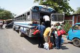 Выгрузка из автобуса в Моягальпе у паромной пристани — все дороги ведут сюда