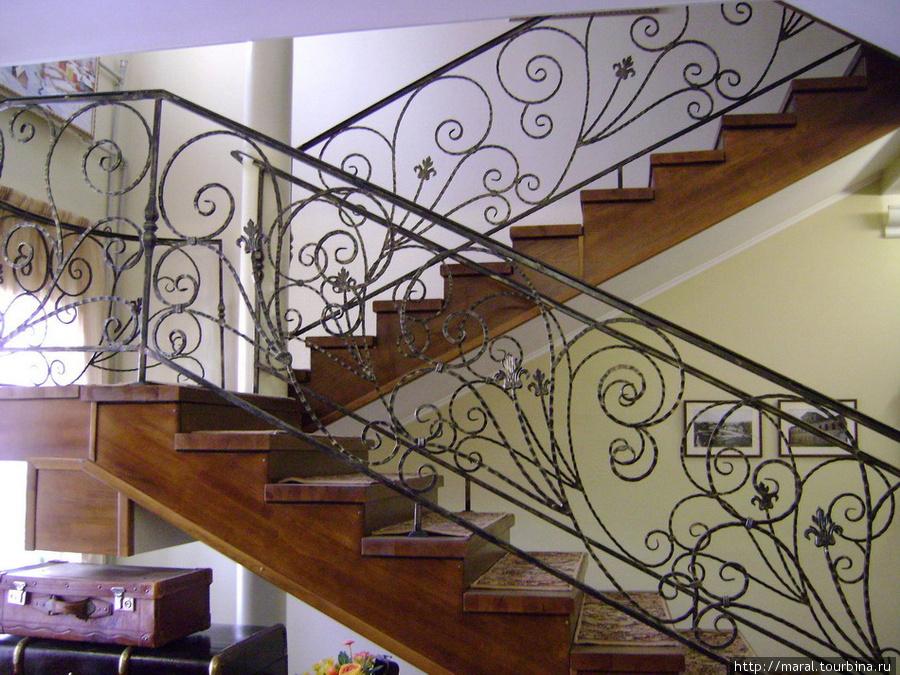 Наверх ведёт лестница с ажурными металлическими перилами