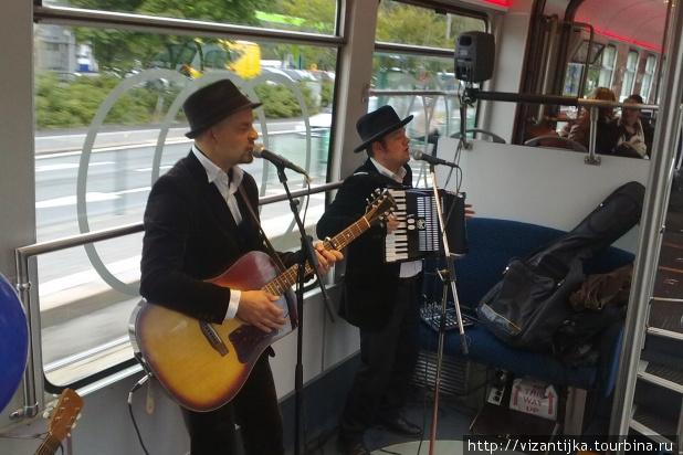 Музыкальное выступление в трамвае. Фото взято со страницы сайта Kulttuuriratikka.