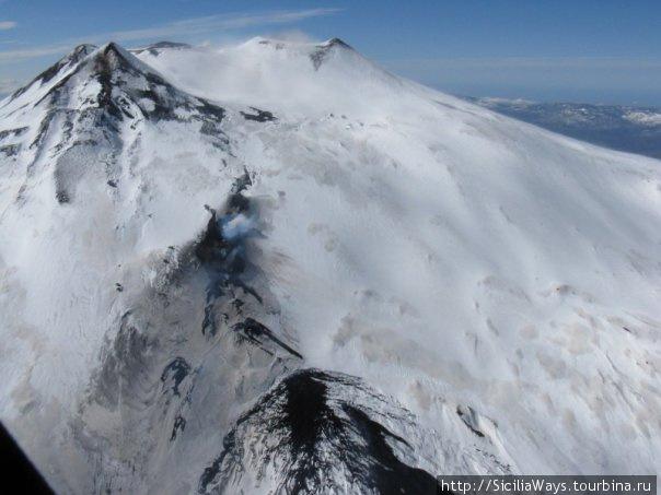 Центральные кратеры и извержение, фотография сделана в марте 2009 г. из вертолета