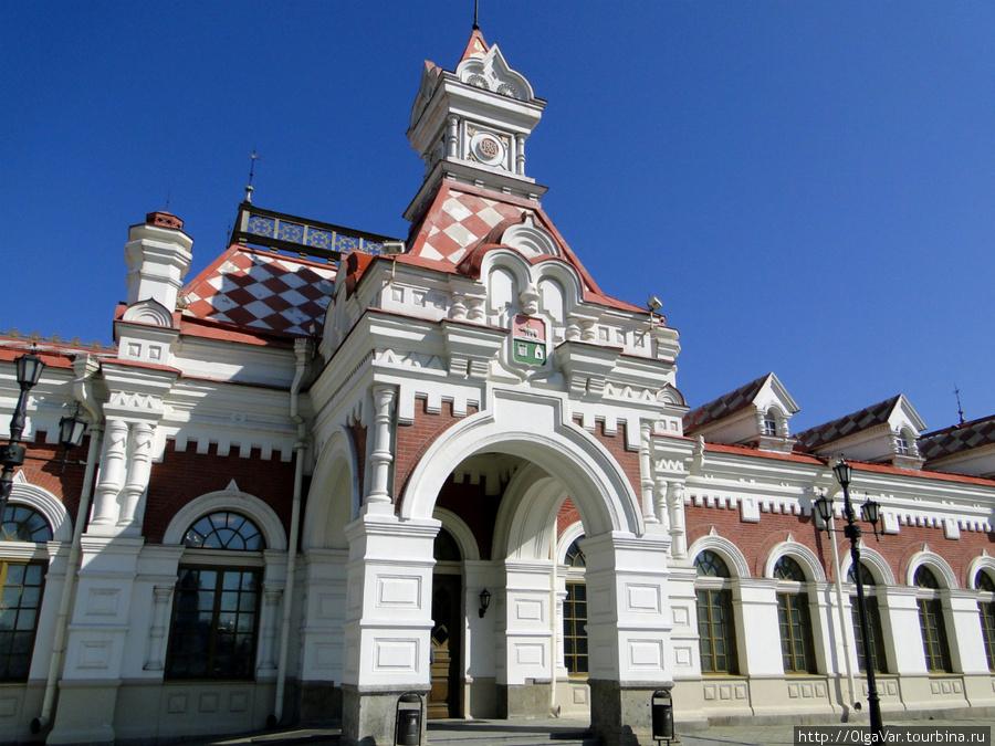 Вокзал очень похож на теремок из русской сказки