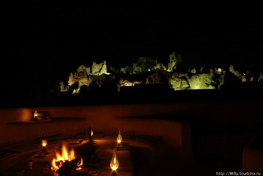 Огонь на крыше виллы зажигали каждый вечер. Подсвеченные руины на заднем плане — крепость Шали