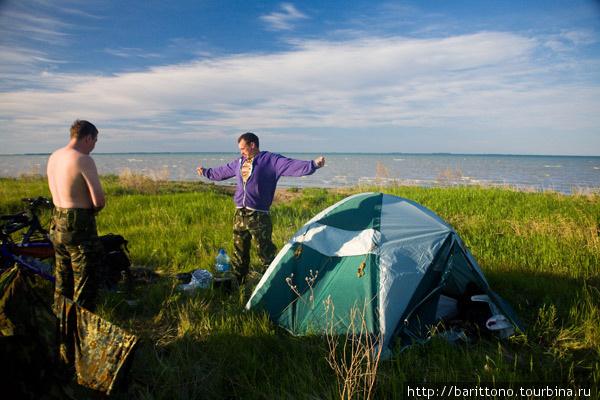 Утро на берегу озера Чаны. Ромыч показывает какой величины рыбину он хочет изловить.