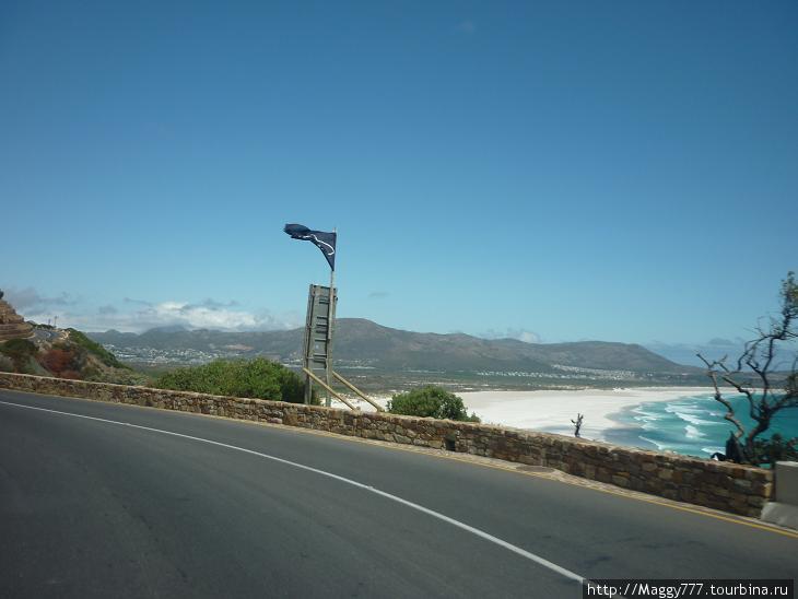 Только купаться здесь нельзя — акулы (на флаге, вместо черепа с костями). Даже должность здесь такая есть  — shark-watcher.