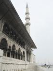 Один из двух минаретов Новой мечети